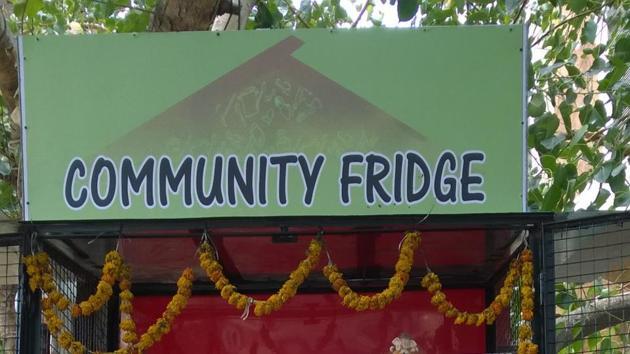 The community fridge in Oshiwara serves freshly made poha, vada pavs and fresh fruits daily.(HT Photo)