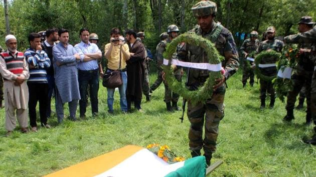 A soldier pays tribute to his colleague during his funeral, Kulgam, Srinagar, Jammu & Kashmir, May 10, 2017(Waseem Andrabi/HT)