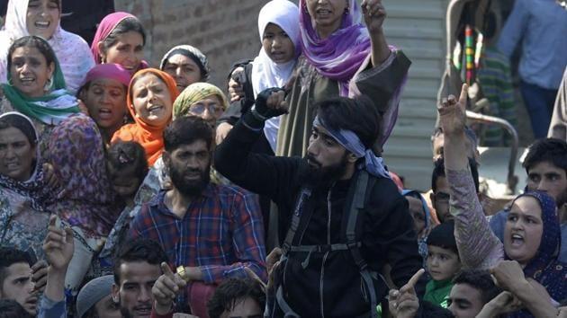 A rebel (in black) shouts slogans during the funeral of rebel commander Sabzar Ahmad Bhat in Rathsuna Tral, near Srinagar.(AFP File Photo)