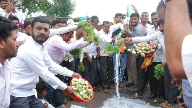Farmers in Aurangabad spill milk and vegetables on road as part of the farmers' protest in Maharashtra.(HT Photo)