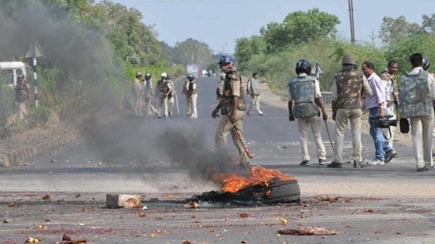 Police on vigil on the Mhow-Neemuch highway as protesters burn tyres of a truck in Mandsaur on Wednesday.(Mujeeb Faruqui/HT Photo)