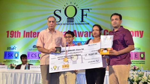 Arnav Nigam wins his award.(HT)