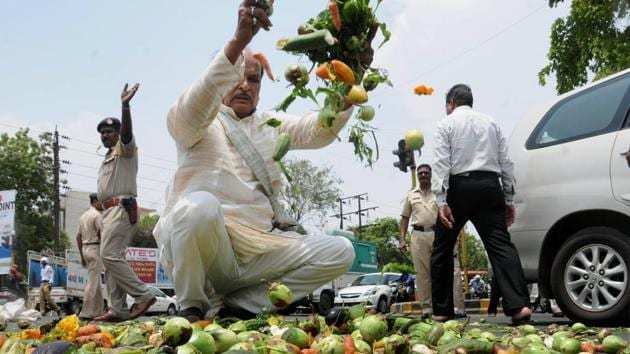 Farmers throwing vegetables on a road during a protest as part of the Maharashtra bandh, Nagpur, Maharashtra, June 5, 2017(PTI)