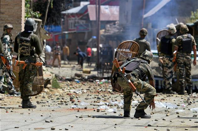 CRPF jawans chase protesters away by throwing stones at them at Arwani in South Kashmir on Friday.(PTI photo)