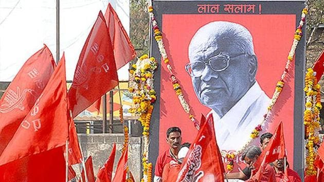 Suppporters at the funeral of Govind Pansare, who was shot in Kolhapur.(HT File Photo)