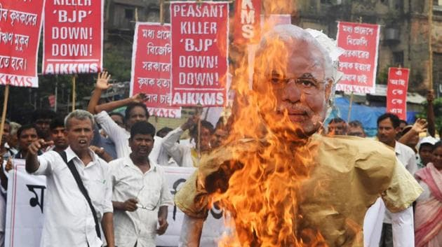Farmers and social activists burn an effigy of Prime Minister Narendra Modi during a protest against the government and over the deaths of farmers in the state of Madhya Pradesh in Kolkata on June 19, 2017.(AFP Photo)