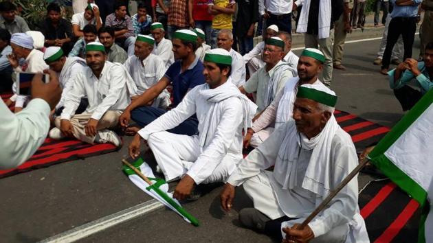 Farmers perform yoga on the Delhi-Dehradun highway in Meerut's Daurala town in Uttar Pradesh on Wednesday.(Chahatram/HT)
