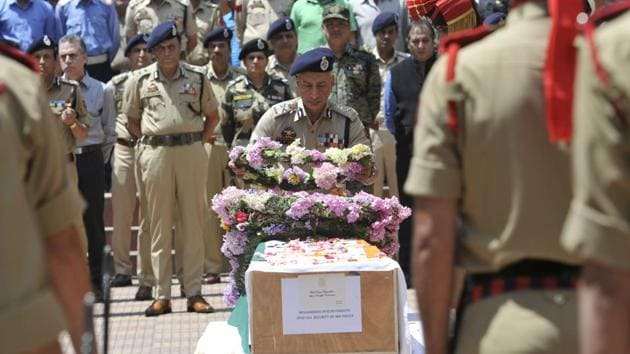 Director General of J-K Police SP Vaid at wreath laying ceremony for killed policeman Mohammed Ayub Pandith in Srinagar.(Waseem Andrabi/HT Photo)