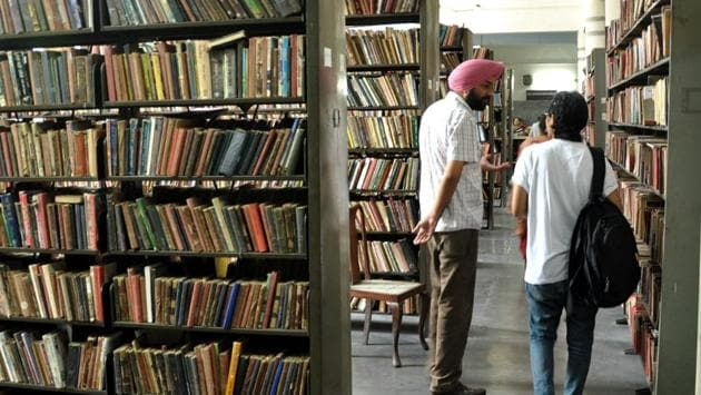 The 62 libraries in the state, including 14 district libraries and 48 libraries in government colleges, are reeling under acute shortage of funds and staff.(Bharat Bhushan/HT)