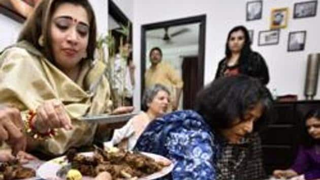 Guests tuck into Ramzan delicacies at an iftar organised by Nazia Erum in Noida. (Arun Sharma/HT Photo)