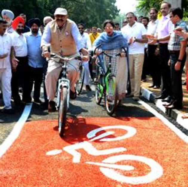 Punjab governor VP Singh Badnore, who is particularly keen to encourage people to take up cycling, is seen here with MP Kirron Kher inaugurating a cycle track in Sector 8, Chandigarh.(Hindustan Times)