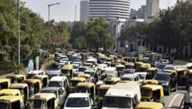 A new 'Parking Policy for Delhi', approved by Lieutenant Governor Anil Baijal, proposes hiked charges for daytime parking and for peak hours. The rates will vary during weekdays and weekends.(Mohd Zakir/HT PHOTO)