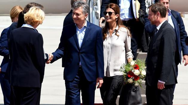 Argentina´s President Mauricio Macri (C-L) and wife Juliana Awada (C-R) arrive to attend the G20 meeting. (Patrik Stollarz / AFP)