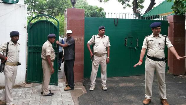 Police officials cordon off the entrance to Lalu Prasad's residence in Patna while the CBI conducts raids, on July 7, 2017.(AP Dube/HT Photo)