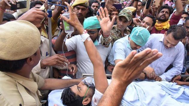 Commando Sohan Singh being shifted to Gurgaon's Medanta Hospital for treatment on Friday.(Prabhakar Sharma/HT Photo)