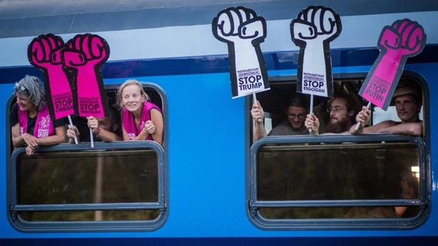 A special G20 train pulls in to the train station in Kornwestheim, southern Germany to pick up more passengers enroute to Hamburg for the G20 Summit on July 5, 2017. (Christoph Schmidt / AFP)