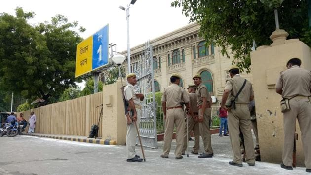Police team at the Vidhan Bhavan in Lucknow, Uttar Pradesh, after explosives were recovered on the premises.(HT)