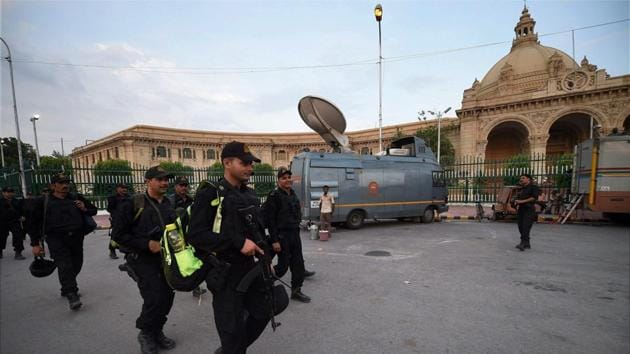 An NIA team outside the Uttar Pradesh assembly in Lucknow on Friday after PETN explosives were found on the premises.(PTI)