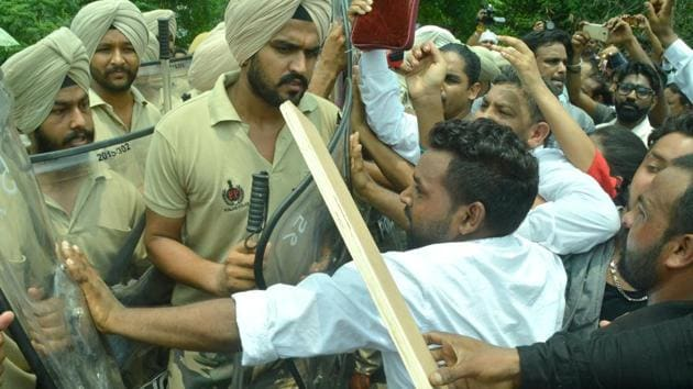 Members of the Christian community confronting the police during a protest on the Jalandhar bypass in Ludhiana on Sunday.(Gurminder Singh/HT Photo)