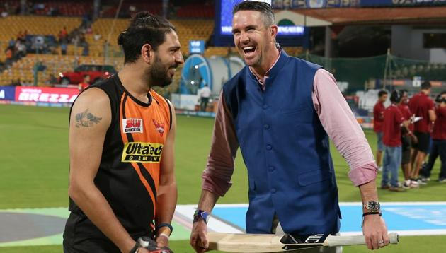 Yuvraj Singh of the Sunrisers Hyderabad with TV commentator Kevin Pietersen during the 2017 Indian Premier League at the Chinnaswamy Stadium in Bangalore. Pietersen wants to play for South Africa(BCCI)