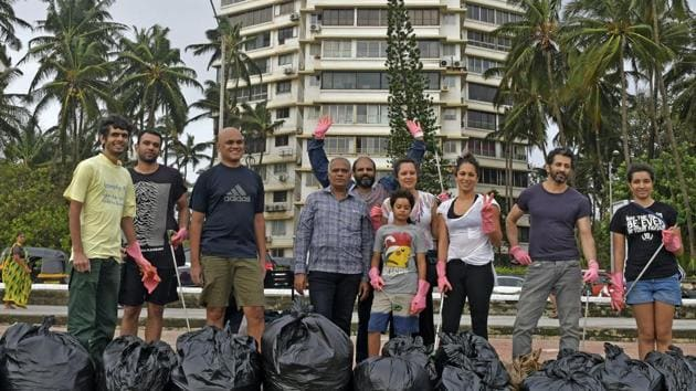 Volunteers during a clean-up session at Carter Road on Saturday.(Shashi S Kashyap)