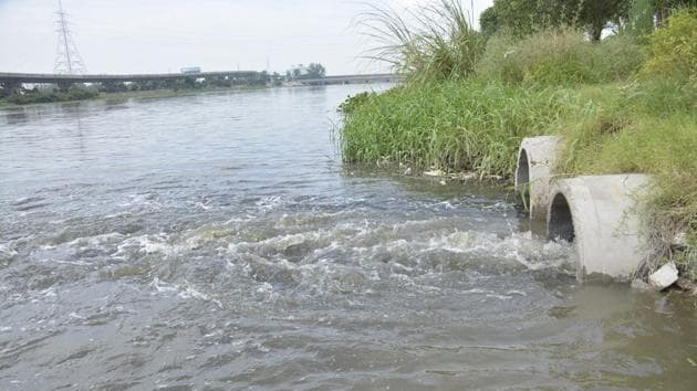 The flow of water in Hindon river is reduced now and carries industrial discharge, run off from agricultural fields and untreated sewage from different cities, including Ghaziabad.(Sakib Ali/HT Photo)