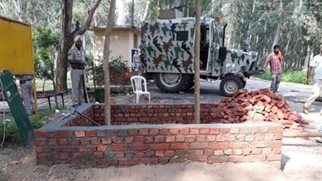The 'permanent morchas' are being built to ensure that the Punjab police personnel stay alert regarding any movement near border villages or roads leading to the fence.(HT Photo)