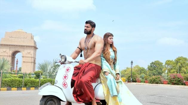 Bad met evil, instantly clicked and decided to go on a Delhi Darshan on a scooter! Bhallaladeva with Cersei Lannister on the pillion, wearing a bell sleeved gown by Anu PD made for quite a sight for baffled onlookers. (Photo: shara ashraf/ht; styling: shara ashraf & akshay kaushal)