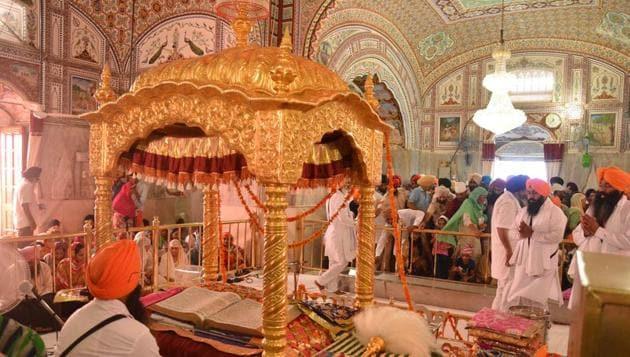 Devotees at the Baba Bakala gurdwara near Amritsar on the eve of Rakhar Punia.(Sameer Sehgal /HT)