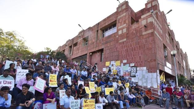 The march attended by almost 100 people, including members of the JNU Student Union (JNUSU) and other students, culminated at the administrative block of JNU.(Hindustan Times)