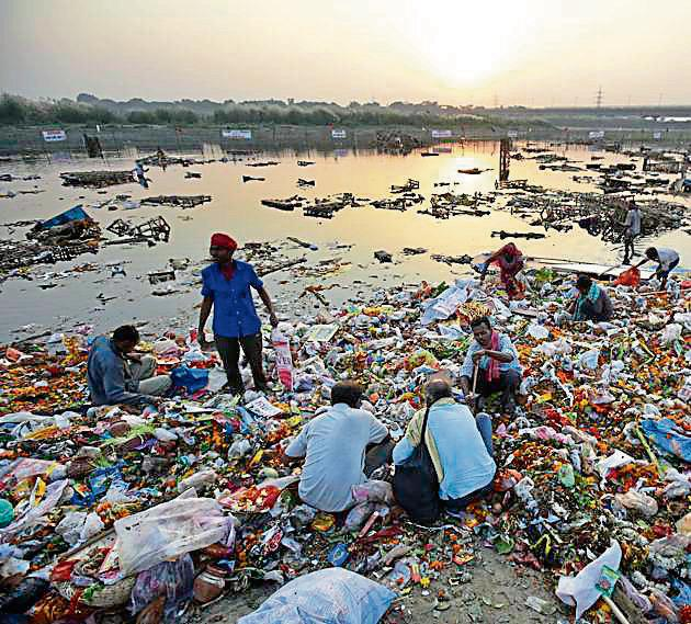 Yamuna travels over 1,376km and passes through many states. Though only 2 per cent of the river falls in Delhi, it receives nearly 70% of the pollution while passing through the Capital.(Ravi Choudhary/HT PHOTO)