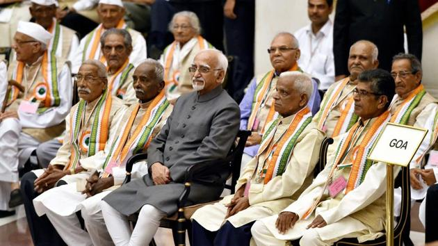 Vice president Hamid Ansari in a group photograph with the freedom-fighters during an At Home, hosted in their honour at Rashtrapati Bhavan in New Delhi on the occasion of August Kranti Day on Wednesday.(PTI Photo)