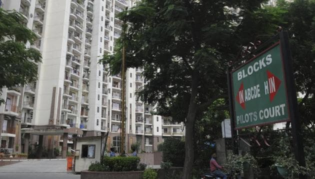 Tenants of Pilot Court alleged that the RWA had issued a notice stating that guests of tenants could not enter the building from 10pm to 8am.(Parveen Kumar/HT Photo)