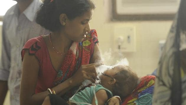 A woman with her child inside the encephalitis ward at the BRD medical centre in Gorakhpur on Tuesday.(Deepak Gupta/ HT Photo)