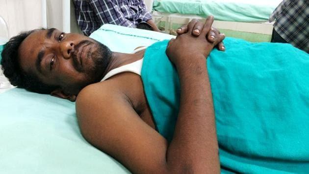 Narender Kumar is being treated for injury in spine, legs and hands at Safdarjug hospital in Delhi.(Raj K Raj/HT Photo)