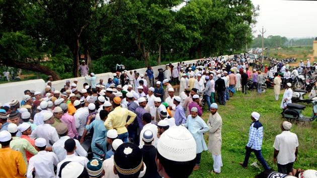 People have gathered during the last rites of Alimuddin, who was lynched by a mob for allegedly carrying beef at Manuwa village in Ramgarh.(Parwaz Khan/HT File Photo)