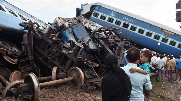 People look at the mangled coaches of the Puri-Haridwar Utkal Express after it derailed in Khatauli near Muzaffarnagar.(PTI Photo)