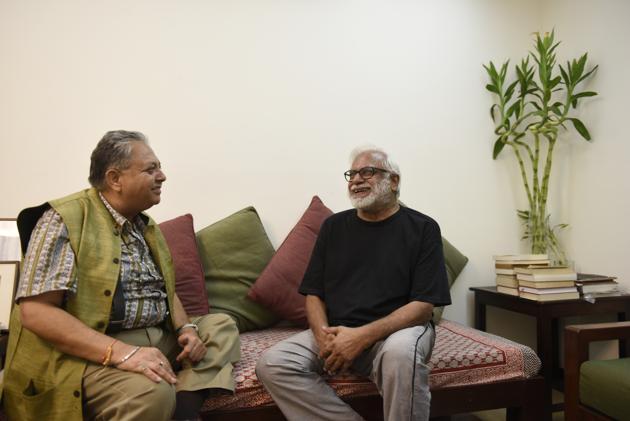 Former NGMA, Delhi , director Rajeev Lochan in conversation with veteran painter Manu Parekh at his residence.(Saumya Khandelwal/HT PHOTO)