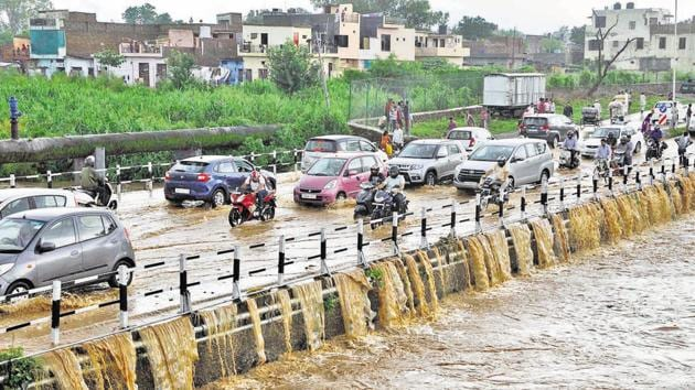 A 115-mm downpour in just three hours morphed the much-acclaimed 'City Beautiful' into an ugly chaos that its denizens had scarcely ever imagined(Karun Sharma/HT)