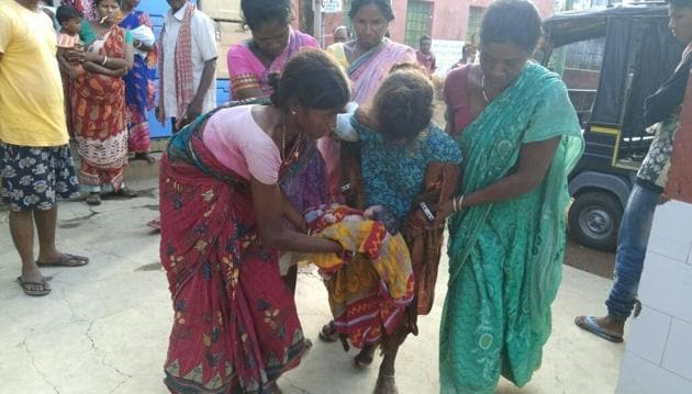 People help the 17-year-old unwed girl who delivered baby on street at Chandil, about 100 km from Jharkhand capital in Ranchi, on Sunday.(Manoj Kumar/HT Photo)