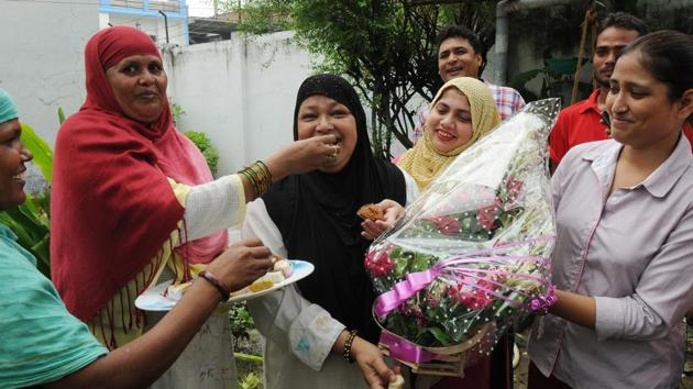 Members of the All India Muslim Women Personal Law Board celebrate the SC verdict on triple talaq in Lucknow on Tuesday.(Subhankar Chakraborty/HT PHOTO)