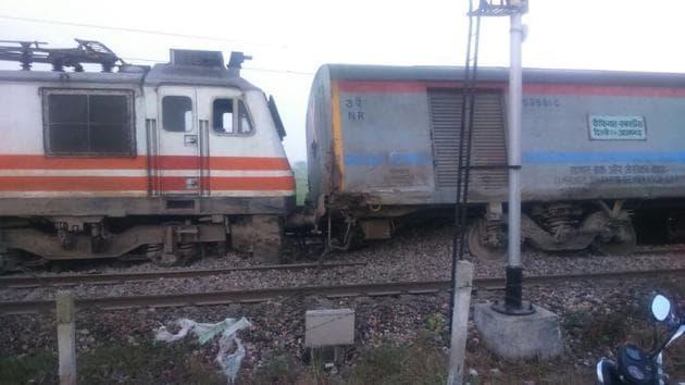 Kaifiyat Express derailed in Auraiya district of Uttar Pradesh.(HT Photo)