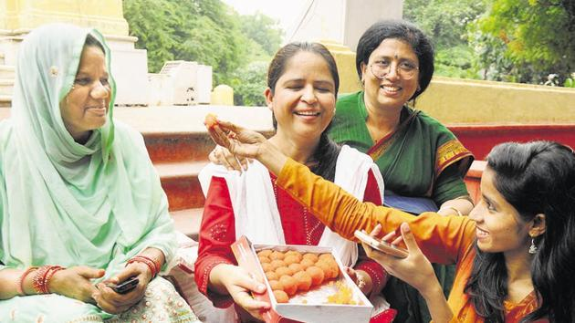 Muslim Women celebrating the Supreme Court verdict on triple talaq in Lucknow.(Subhankar Chakraborty/HT PHOTO)