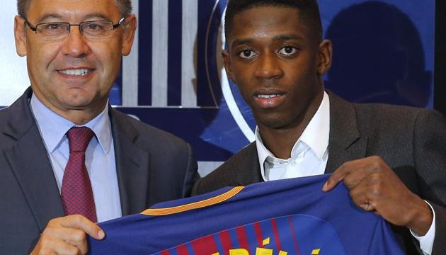 FC Barcelona's new signing Ousmane Dembele (R) and Barca president Josep Maria Bartomeu during the official presentation at the Camp Nou stadium in Barcelona on Monday.(AP)