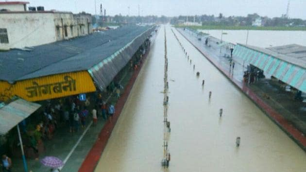 Railway tracks at Jogbani in Bihar's Araria district were submerged in floodwaters on August 13.(HT file photo)