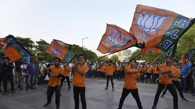 BJP candidate Ved Parkash won the 2015 assembly election from Bawana on an AAP ticket. Days before the MCD polls in April, he switched over to the BJP. The picture above is of a flash mob organised by BJP supporters during the civic polls.(Sonu Mehta/HT FILE)