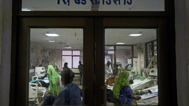 Children receive treatment at Baba Raghav Das Medical College Hospital in Gorakhpur, Uttar Pradesh.(AP File Photo)