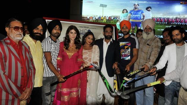 Balbir Singh (L), a hockey great from Sansarpur, alongside the cast and crew of 'Khido Khundi'.(HT Photo/Karun Sharma)