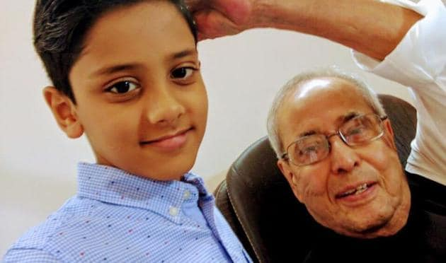 Pranab Mukherjee took to Twitter to share how it was a 'pleasure to meet children', and how a young Hamza Saifi taught him to click selfies.(Pranab Mukherjee's Twitter)