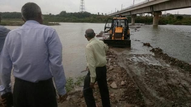 A 12-member team of Delhi Development Authority rushed to the eastern bank of Yamuna on Friday morning to tear down the illegal road made of debris.(Joydeep Thakur/HT Photo)